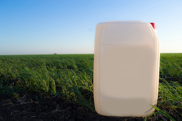 Bidon blanc dans le contexte des bidons chimiques agricoles