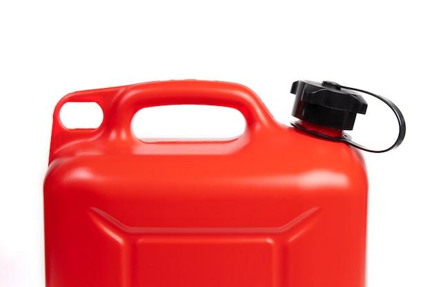 Bidon de carburant en plastique isolé sur une surface blanche