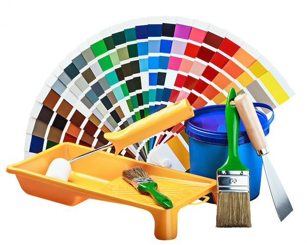 Bidon en plastique avec peinture, rouleau, pinceaux