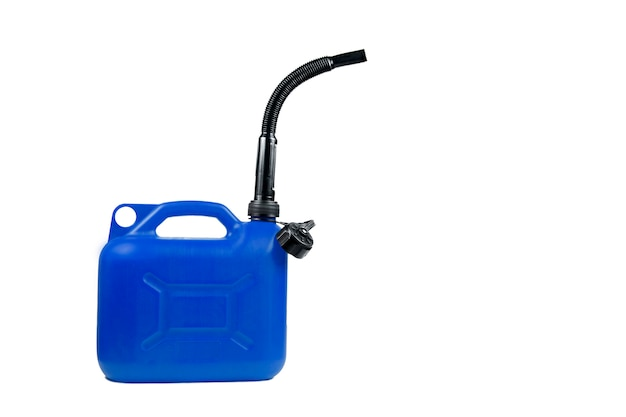 Bidon en plastique pour carburant avec un tuyau sur un fond blanc isolé