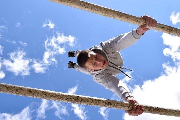 Biélorussie, gomel, 21 avril 2017. leçon ouverte sur la lutte contre l'incendie. exercices sur la barre transversale. leçon de culture physique. une jeune gymnaste. entraînement sportif des soldats