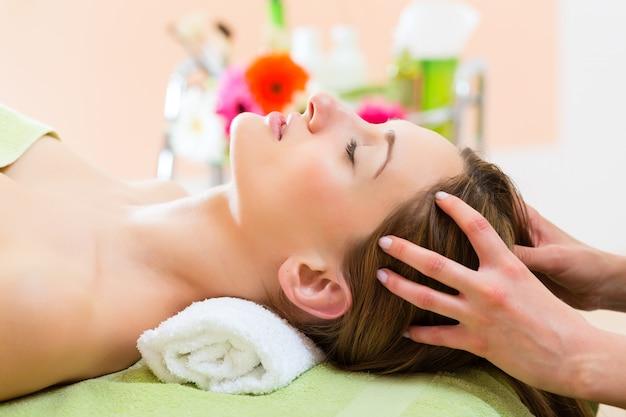 Bien-être - femme recevant un massage de la tête à spa
