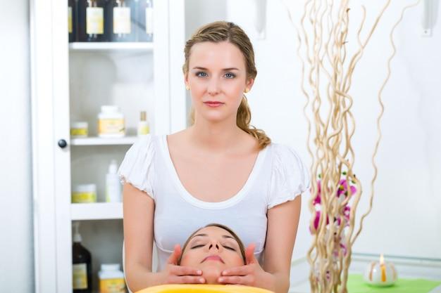 Bien-être - femme se faisant masser la tête à spa