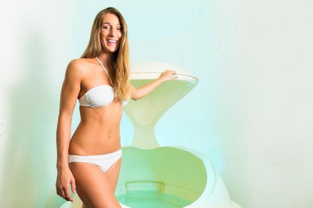 Bien-être - jeune femme flottant dans un spa dans la baignoire