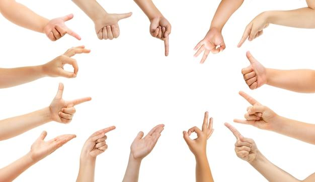 Bien, rock, bien. mains d'enfants gesticulant isolés sur fond de studio blanc, fond pour l'annonce. foule d'enfants faisant des gestes. concept d'enfance, d'éducation, de temps préscolaire et scolaire. signes et sens.