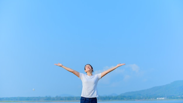 Bienfaits pour la santé et exercice. voyager et profiter du temps seul. nouvelle vie normale après covid-19. distanciation sociale et activités de plein air en solo.