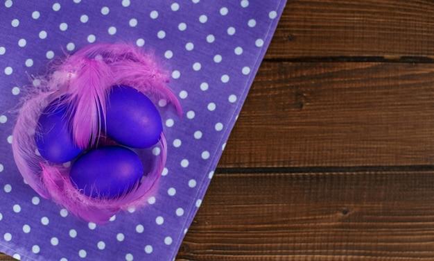 Bienvenue fond avec des oeufs de pâques. le concept de vacances et de joyeuses pâques