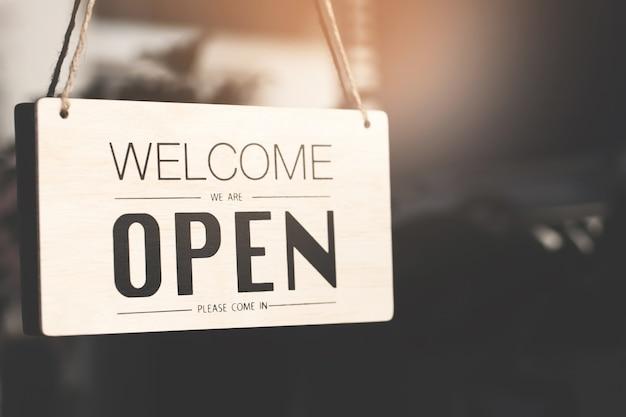 Bienvenue signe ouvert sur la porte de la boutique