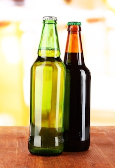 Bier en bouteilles sur table sur chambre