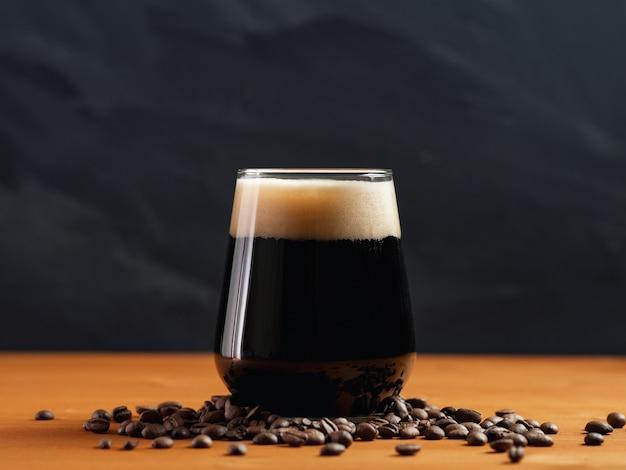 Bière artisanale café stout dans un verre sur une table en bois