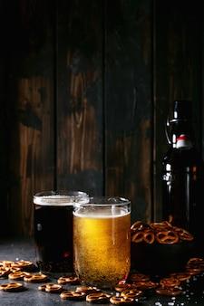 Bière artisanale claire et foncée dans des chopes en verre