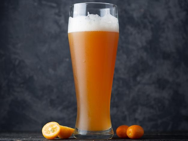 La bière artisanale est une bière aigre-pâle avec un agrume de kumquat