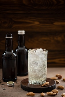 Bière au gingembre sans alcool avec de la glace dans de grands verres sur une table en bois