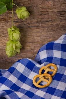 Bière bavaroise oktoberfest et bretzels sur table en bois.