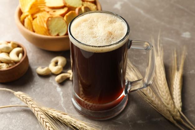 Bière, blé et collations sur gris, gros plan