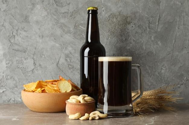 Bière, blé et collations sur gris