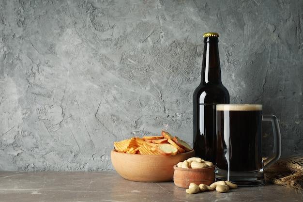 Bière, blé et collations sur table grise