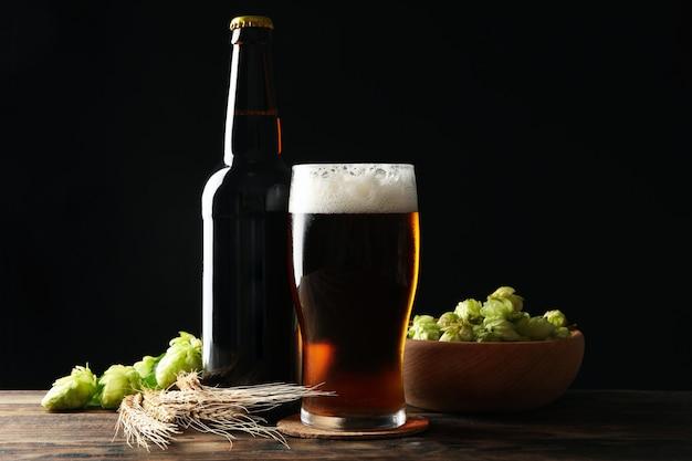 Bière, blé et hop sur table en bois