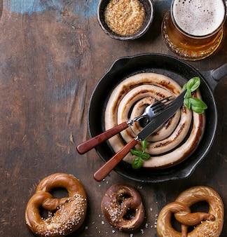 Bière blonde avec saucisse et bretzels