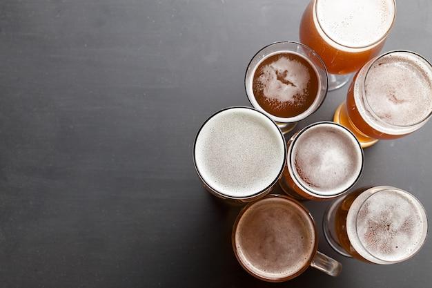 Bière blonde sur table