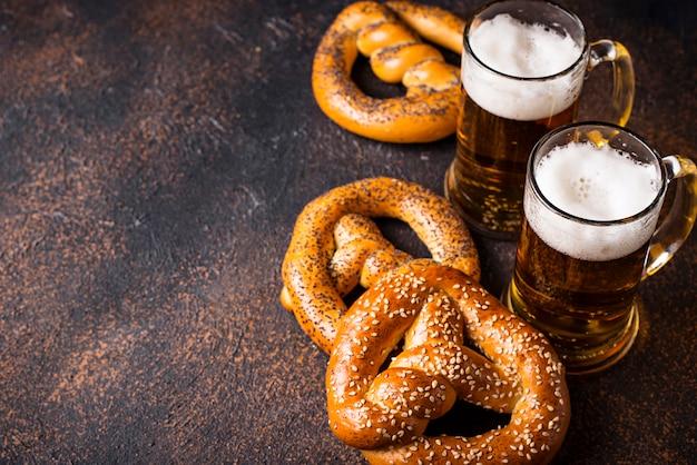 Bière et bretzels. concept d'oktoberfest