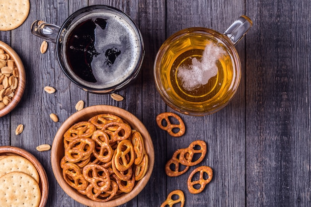 Bière avec bretzels, craquelins et noix