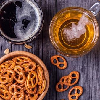 Bière avec bretzels, craquelins et noix.