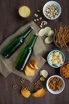 Bière avec des bretzels et diverses collations