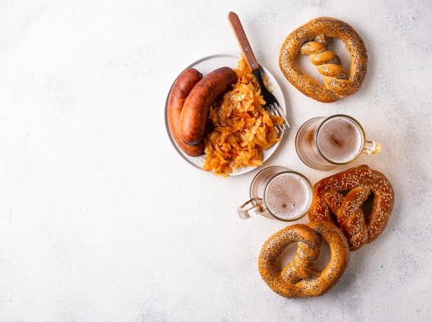 Bière, bretzels, saucisses et choucroute mijotée