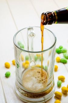 Bière brune versée dans une bouteille en verre