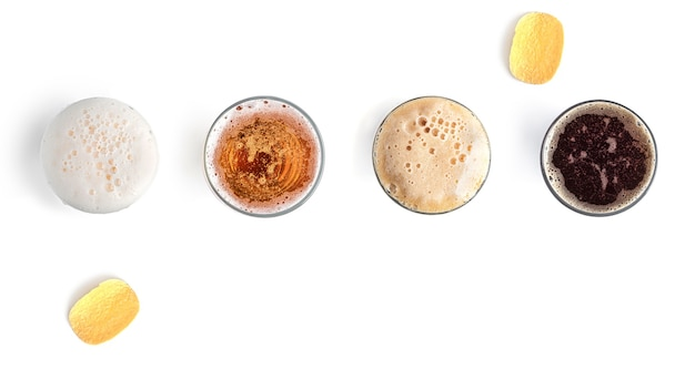 Bière avec des collations sur fond blanc