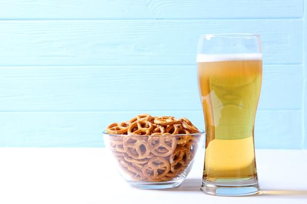 Bière et collations sur la table collations à la bière