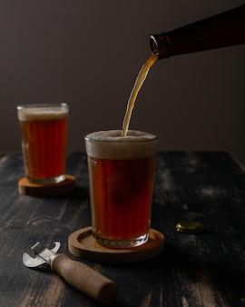 La bière est versée dans un verre