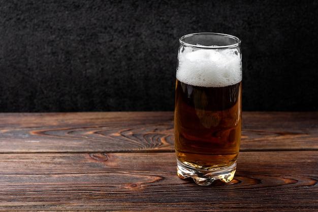 Bière sur fond en bois foncé.