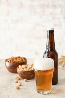 Bière fraîche et collations sur table