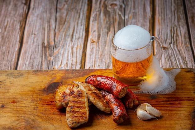 Bière avec des hors-d'œuvre de poisson croustillant, journée mondiale de la bière.