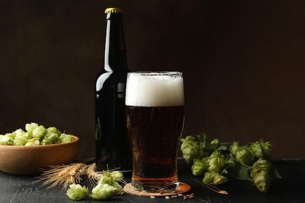 Bière, houblon et blé contre brun