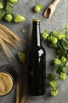 Bière, houblon et blé sur gris