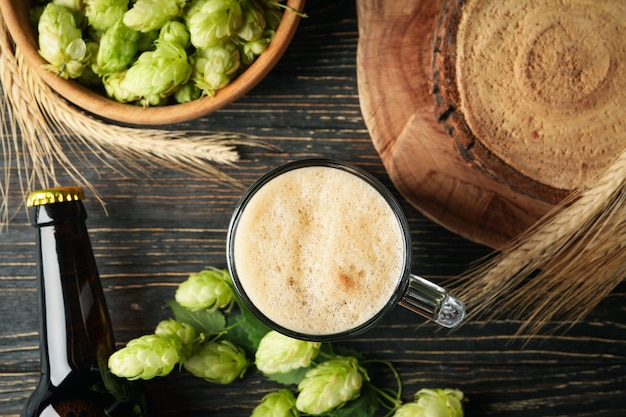 Bière, houblon et blé sur table en bois