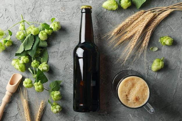Bière, houblon et blé sur table grise