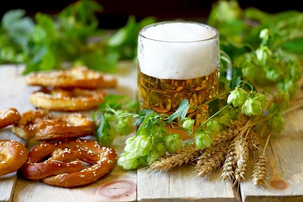 Bière, houblon, bretzels et épis de blé.
