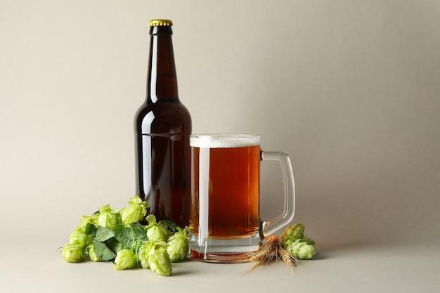 Bière et houblon vert sur fond gris