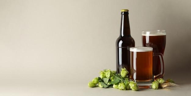 Bière et houblon vert sur gris