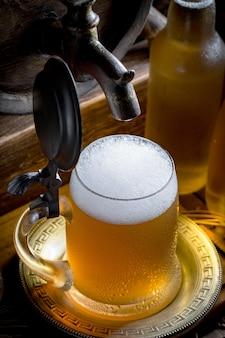 Bière légère dans un verre sur la table