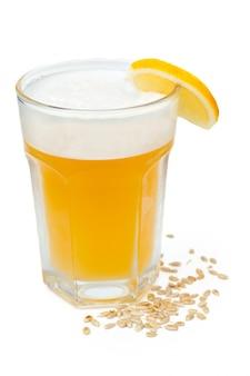 Bière légère non filtrée avec de la mousse
