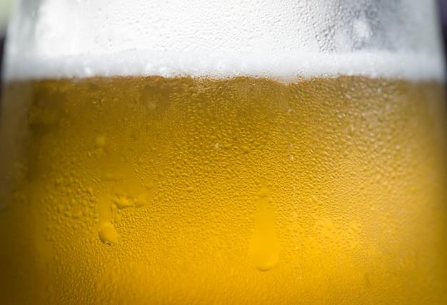 Bière avec de la mousse et des bulles.