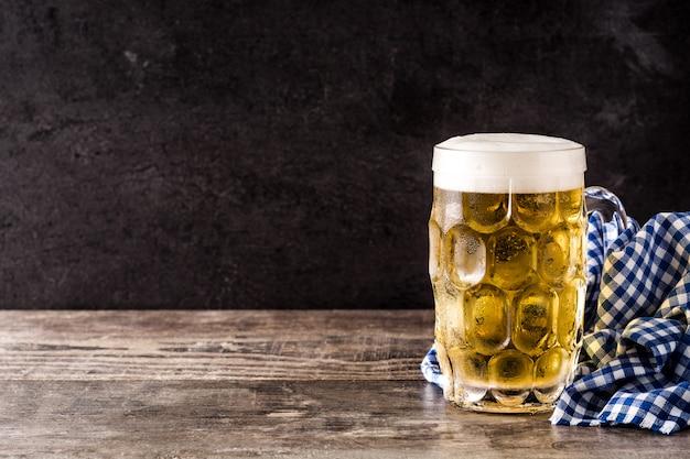 Bière oktoberfest avec bretzels sur table en bois copyspace
