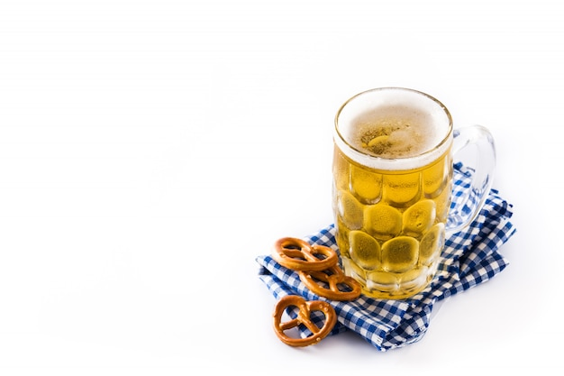 Bière oktoberfest en pot et bretzel isolé sur blanc. espace de copie