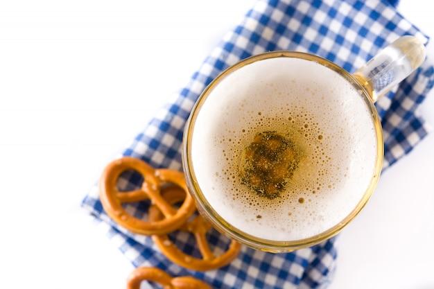 Bière oktoberfest en pot et bretzel isolé sur blanc. vue de dessus