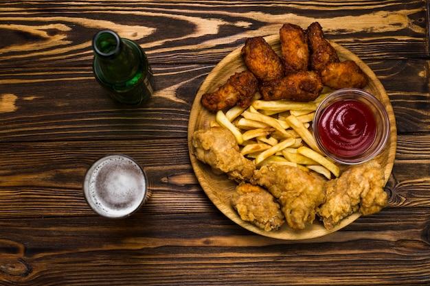Bière et poulet avec frites